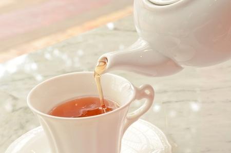 tea pouring into glass tea cup Standard-Bild