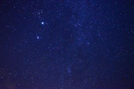 noche estrellada: Cielo nocturno con las estrellas Foto de archivo