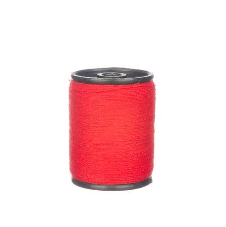 hilo rojo: Hilo rojo colorido aislado en el fondo blanco