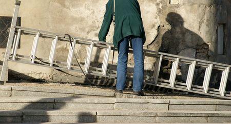 bring: Man bring up ladder