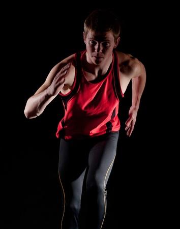sportsman: Joven atleta masculino sobre fondo oscuro