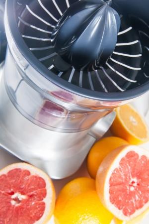 Squeezer und Früchten auf weißem Hintergrund Standard-Bild