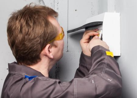 One electrician examining fuse box 免版税图像