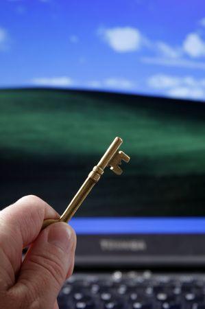 ラップトップ - 成功への鍵の前のスケルトン キーを押したまま