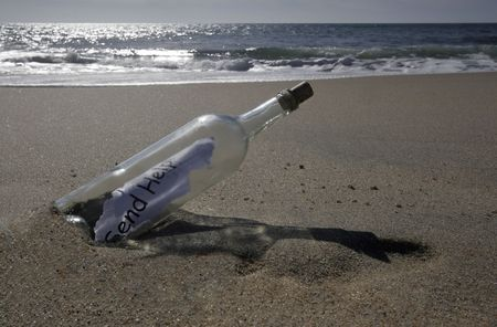 Message in a bottle says simply Help. Imagens