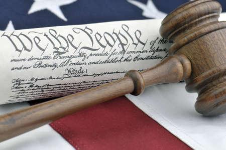 Amerikaanse justitie - grond wet, houten voorzitters hamer en Amerikaanse vlag Stockfoto