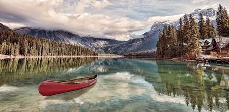 에메랄드 호수의 카누