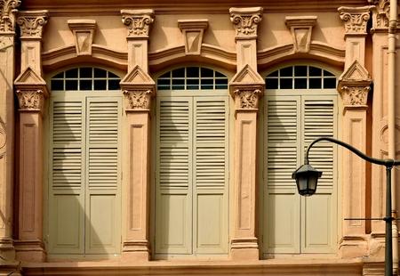 Traditioneel winkelhuis van Singapore met elegante voorgevel en houten blinden in Chinatown