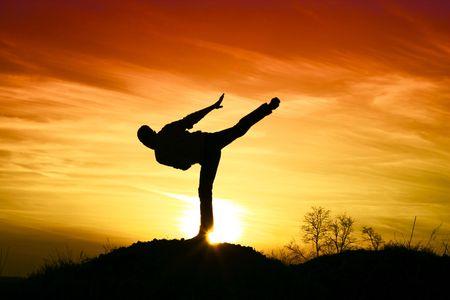 Man karate in the sunset. Standard-Bild