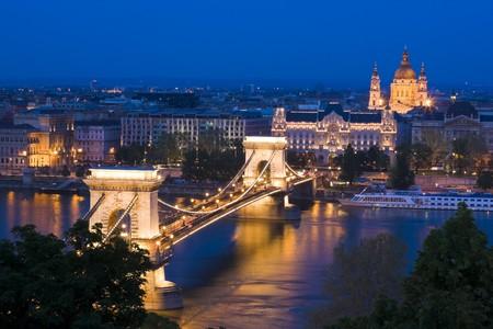 Budapest en la tarde, iluminación decorativa y puentes.