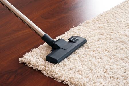 cleaners: Stofzuiger aan opruimen. Stockfoto