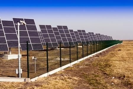 silicium: Modern solar power plant in the sunny plain.