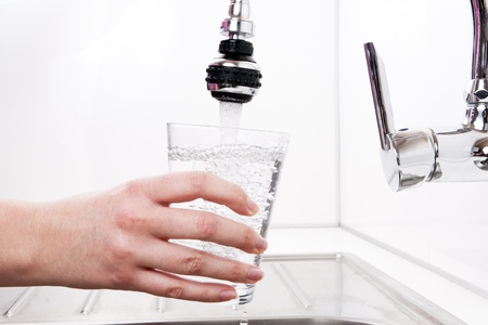 grifo agua: El agua es a la mujer en el cristal.