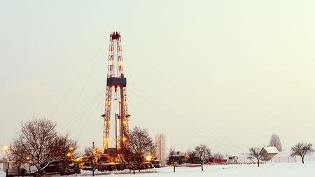 oilfield: Plataforma petrolera en el campo. Foto de archivo