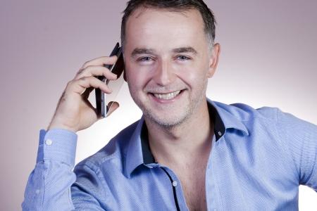 elegant business man: Uomo d'affari elegante che comunica sul telefono Archivio Fotografico