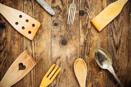 cucina antica: Elettrodomestici da cucina vecchio tavolo di legno. Archivio Fotografico