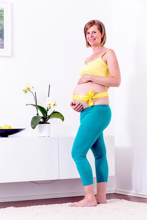 mujer descansando: Mujer embarazada descansando en su casa.