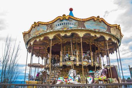 Carrusel antiguo vintage en el parque del Tibidabo en Barcelona