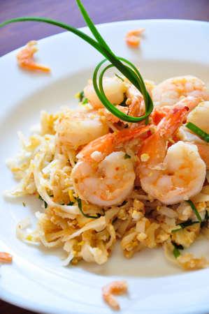huevos revueltos: Los tradicionales fideos tailandeses Pad La más famosa comida tailandesa