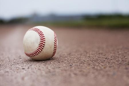 campo de beisbol: Un bal�n tirado en el campo de un campo de b�isbol. Profundidad de campo.