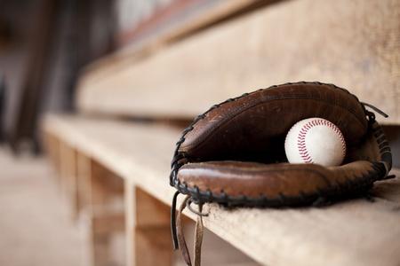 guante de beisbol: Mitt del Catcher sentado en el dugout de un b�isbol.