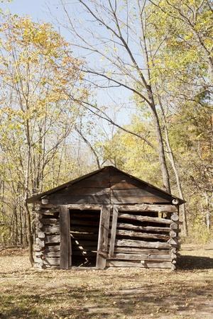 caba�a: La parte frontal de una vieja caba�a construida en las monta�as Ozark. Foto de archivo