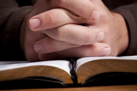 biblia abierta: Hombre de oraci�n sobre la Biblia abierta.