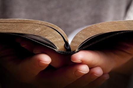 bible ouverte: Femme tenant et en lisant la Bible dans ses mains.