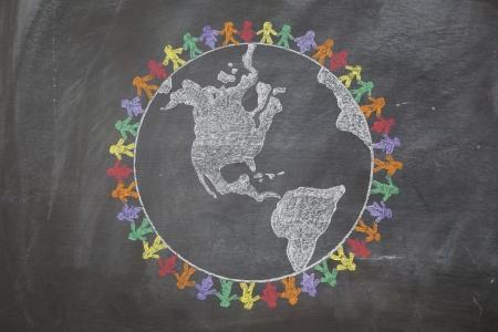 planeta tierra feliz: Una pizarra dibujado a mano muestra multi-ratial personas tomadas de la mano en todo el mundo para demostrar el cuidado de la tierra, la paz y la unidad Foto de archivo