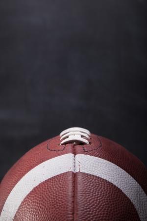 Een Amerikaanse voetbal met een krijtbord op de achtergrond voor de kopie-ruimte