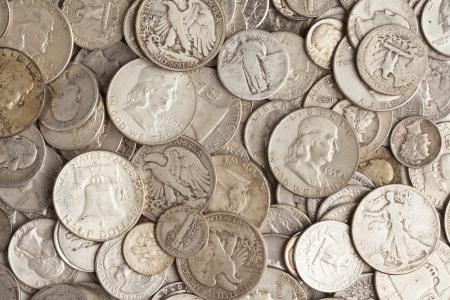 monete antiche: Un mucchio di vecchie monete d'argento con diverse stampe Archivio Fotografico