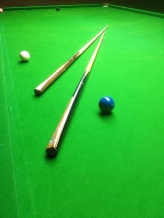 Einsatzzeichen: Snooker Queues auf Snooker-Tisch