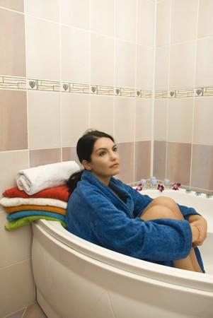 Mujer sentada en el cuarto de baño y soñando con los ojos abiertos Foto de archivo - 4121715
