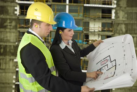 perito: Ingeniero y el cliente en busca de proyectos en el sitio de construcci�n