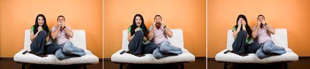 pareja viendo tv: Collage de aterrorizado joven viendo la televisi�n una pel�cula de horror y las expresiones faciales