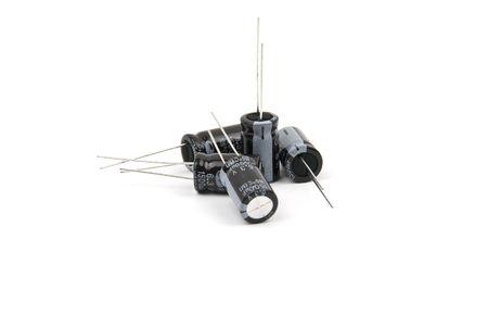 electrolytic: Componentes electr�nicos, condensadores electrol�ticos de cinco aislados sobre fondo blanco Foto de archivo