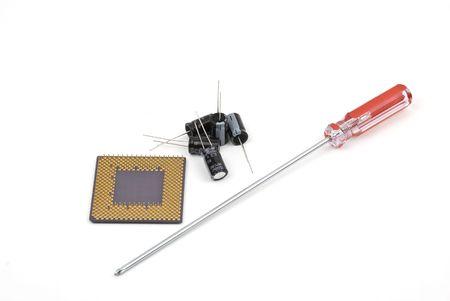 electrolytic: Condensadores electrol�ticos, destornillador y circuito electr�nico aisladas sobre fondo blanco Foto de archivo