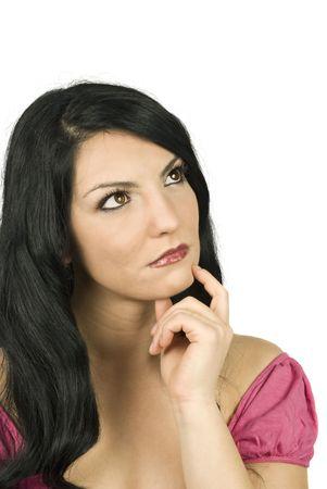 poner atencion: Bella mujer lejos de pensar en el futuro o simplemente de so�ar con los ojos abiertos o tal vez prestar atenci�n a alguien y la celebraci�n de su mano en la barbilla aisladas sobre fondo blanco