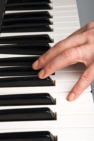 La mano del hombre tocando el piano o teclado electrónico órgano Foto de archivo - 4585519