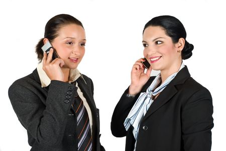 mujer con corbata: Dos hermosos j�venes mujer de negocios hablando tanto a nivel celular y risas aisladas sobre fondo blanco