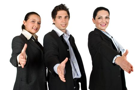 manos estrechadas: Personal de trabajo en equipo de tres personas de pie con las manos estiradas ofrecer Handshake