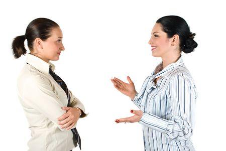 amigas conversando: Dos alegre tener una conversaci�n de negocios, la mujer morena explicar algo y gestos con las manos mientras que los otros escuchen su muy atento Foto de archivo