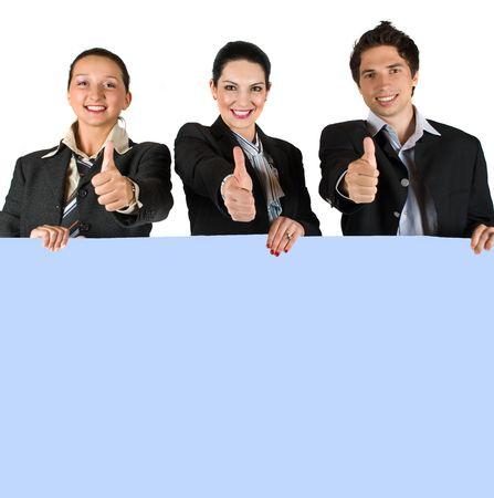 show bill: Grupo de tres hombres de negocios la celebraci�n de una placa azul en blanco y dando pulgares arriba concepto de estilo de vida y �xito empresarial