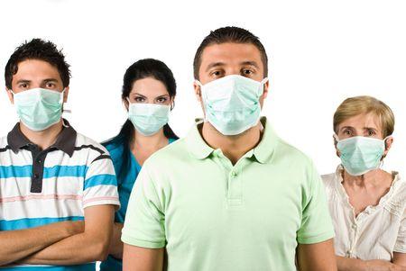 mains crois�es: Groupe de personnes debout avec masque de protection avec les mains crois�es et vous regarde isol� sur fond blanc, c'est un concept de protection contre la grippe A H1N1