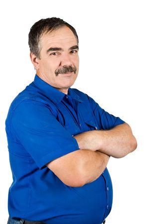 mains crois�es: Happy mature homme bien habill� debout avec les mains crois�es, souriant et regardant la cam�ra isol�e sur fond blanc