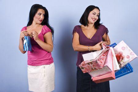 superiority: La mujer de rosa peque�a bolsa con envidia su riqueza amigo y �xito, pero la mujer rica que es vano y presuntuoso y mostrar una mirada de superioridad