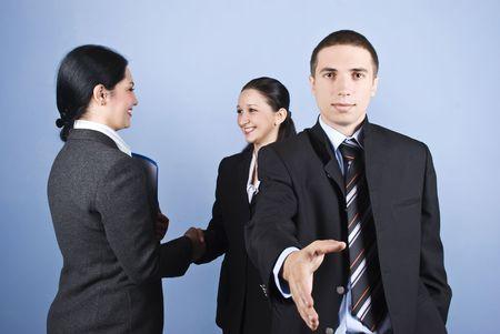 manos estrechadas: Negocios apretones de manos con un hombre de negocios dando la mano y otras dos mujeres apret�n de manos en el fondo