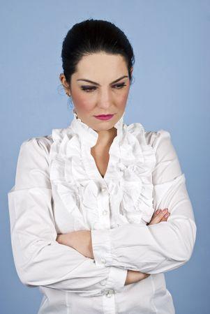 mani incrociate: Preoccupato businesswoman giovane triste, in piedi con le mani incrociate e guardando verso il basso  Archivio Fotografico