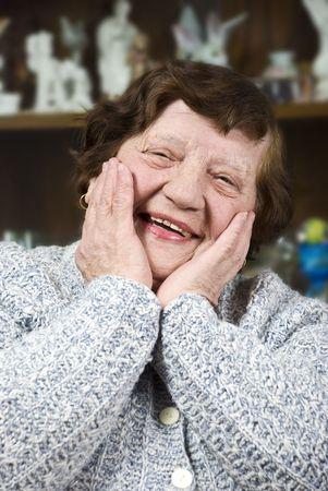 ancianos felices: Feliz anciana celebrar las manos sobre la cara y risa Foto de archivo