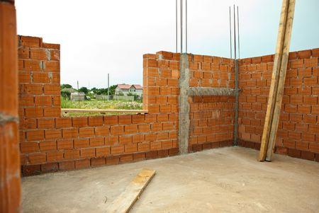 Innenraum eines Hauses im Bau mit rotem Backstein-Mauern
